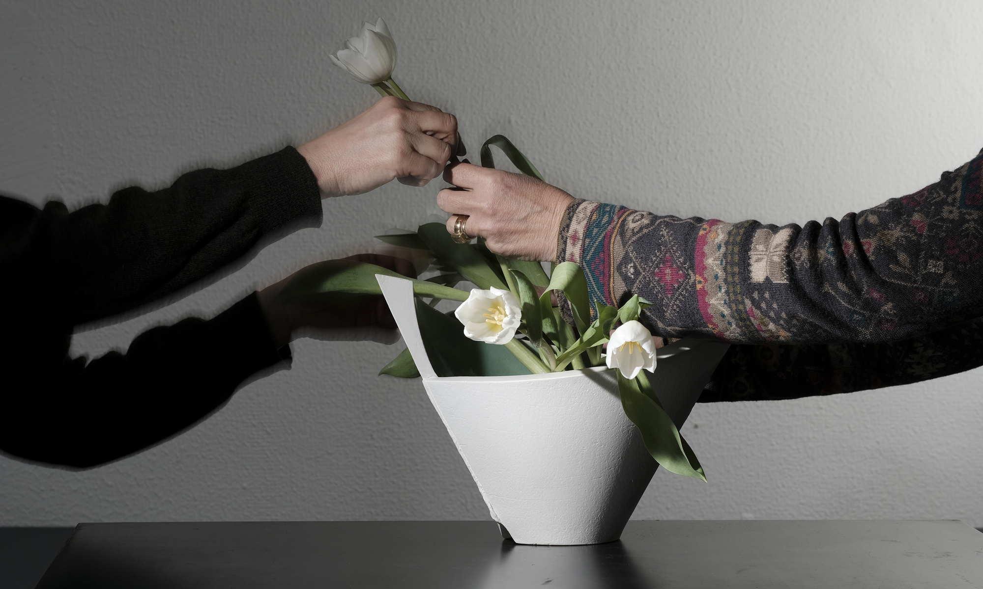 Nele Zander Keramik - Töpferei - Vase vor weißer Wand
